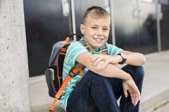 Muchacho pre adolescente afuera en la escuela Imagen de archivo libre de regalías