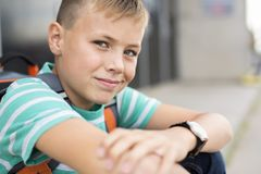 Muchacho pre adolescente afuera en la escuela Imágenes de archivo libres de regalías