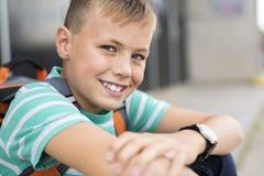 Muchacho pre adolescente afuera en la escuela Fotos de archivo libres de regalías