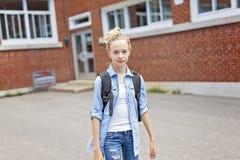 Muchacho Pre-adolescente agradable afuera en la escuela que tiene buen tiempo Fotografía de archivo
