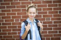 Muchacho Pre-adolescente agradable afuera en la escuela que tiene buen tiempo Fotografía de archivo libre de regalías