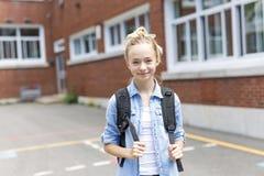 Muchacho Pre-adolescente agradable afuera en la escuela que tiene buen tiempo Foto de archivo libre de regalías
