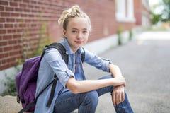 Muchacho Pre-adolescente agradable afuera en la escuela que tiene buen tiempo Foto de archivo