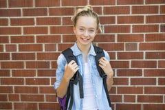 Muchacho Pre-adolescente agradable afuera en la escuela que tiene buen tiempo Imagenes de archivo