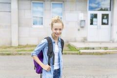 Muchacho Pre-adolescente agradable afuera en la escuela que tiene buen tiempo Imagen de archivo libre de regalías