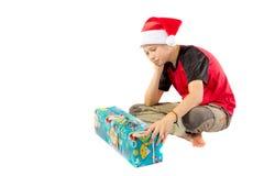 muchacho Pre-adolescente con un regalo de la Navidad Imagenes de archivo