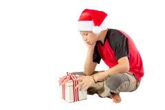 muchacho Pre-adolescente con un regalo de la Navidad Fotos de archivo