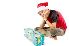 muchacho Pre-adolescente con un regalo de la Navidad Foto de archivo