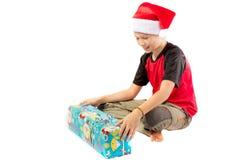 muchacho Pre-adolescente con un regalo de la Navidad Imagen de archivo libre de regalías