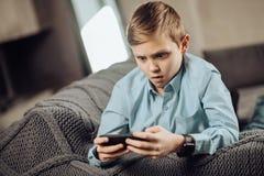 muchacho Pre-adolescente desagradable que es chocado sobre resultado del juego Fotografía de archivo libre de regalías