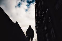 muchacho Pre-adolescente en una calle en una ciudad grande al lado de un edificio alto solamente Fotografía de archivo libre de regalías