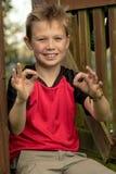 muchacho Pre-adolescente que da gesto aceptable Fotografía de archivo libre de regalías