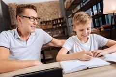muchacho Pre-adolescente que hace la preparación con el padre en el estudio Fotos de archivo
