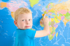 Muchacho preescolar con el mapa del mundo Imágenes de archivo libres de regalías
