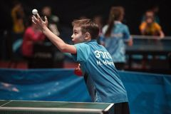 Muchacho profesional de los jóvenes del jugador de tenis de mesa menor Torneo del campeonato imagen de archivo
