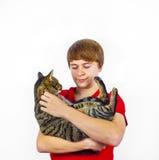 Muchacho que abraza con su gato lindo Foto de archivo libre de regalías