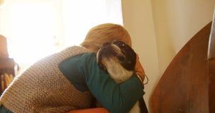 Muchacho que abraza su perro casero en casa 4k almacen de video