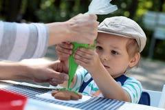Muchacho que adorna el pan de jengibre Fotografía de archivo