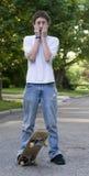 Muchacho que anda en monopatín Foto de archivo libre de regalías