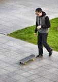muchacho que anda en monopatín en sitio del entrenamiento de la calle Imagen de archivo libre de regalías