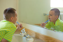 Muchacho que aplica sus dientes con brocha Fotografía de archivo libre de regalías