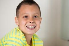 Muchacho que aplica sus dientes con brocha Imagen de archivo libre de regalías