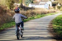 Muchacho que aprende montar su bici foto de archivo libre de regalías