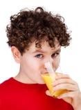 Muchacho que bebe el zumo de naranja Imágenes de archivo libres de regalías
