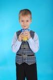 Muchacho que bebe el zumo de naranja Foto de archivo