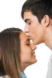 Muchacho que besa a la novia en la frente. Imagen de archivo libre de regalías
