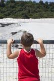 Muchacho que busca actividad volcánica Foto de archivo libre de regalías