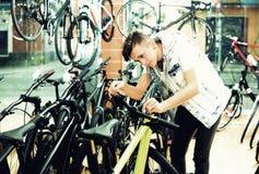 Muchacho que busca y que intenta la nueva bicicleta que compite con Fotos de archivo
