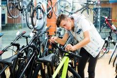 Muchacho que busca y que intenta la nueva bicicleta que compite con Imágenes de archivo libres de regalías