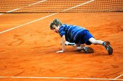 Muchacho que cae en juego del tenis Fotografía de archivo libre de regalías