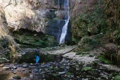 muchacho que camina cerca de la cascada Ferrera, Italia de Fermona Imagenes de archivo