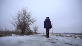 Muchacho que camina en el camino congelado metrajes