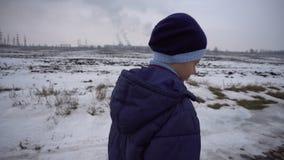 Muchacho que camina en el camino congelado almacen de video