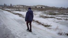 Muchacho que camina en el camino congelado almacen de metraje de vídeo