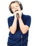 Muchacho que canta en un micrófono Muy emocional Imagenes de archivo