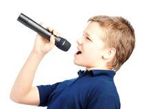 Muchacho que canta en un micrófono Muy emocional Foto de archivo