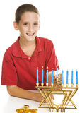 Muchacho que celebra Hanukkah