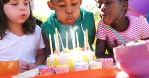 Muchacho que celebra su cumpleaños con sus amigos almacen de video