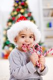 Muchacho que come el caramelo torcido Fotos de archivo libres de regalías
