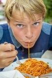 Muchacho que come el espagueti Fotos de archivo libres de regalías