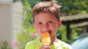 Muchacho que come el helado almacen de metraje de vídeo