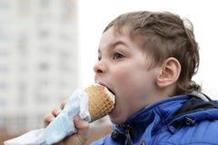 Muchacho que come el helado fotos de archivo