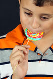 Muchacho que come el lollipop Fotos de archivo