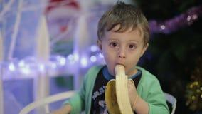 Muchacho que come el plátano almacen de metraje de vídeo