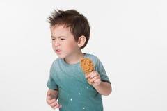 Muchacho que come el pollo frito Imagenes de archivo