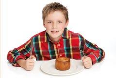Muchacho que come la empanada. Fotos de archivo libres de regalías